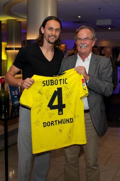Radisson_Dortmund_Neven-Subotic_mit_Auktionsgewinner_Siegfried-Lusse_300dpi