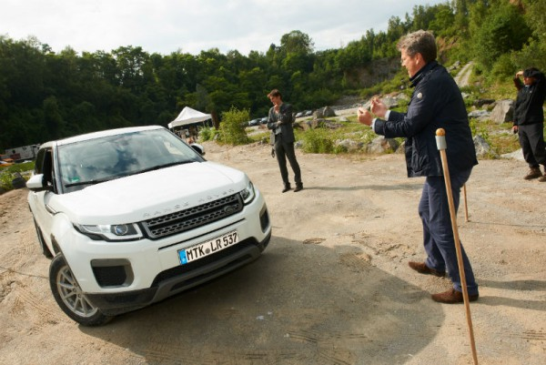 Ein genaues Auge und Vertrauen in die Anweisungen des Partners. Erfollgsentscheidend beim Stangen-Parcours im bei der Land Rover Experience. Foto: GCB