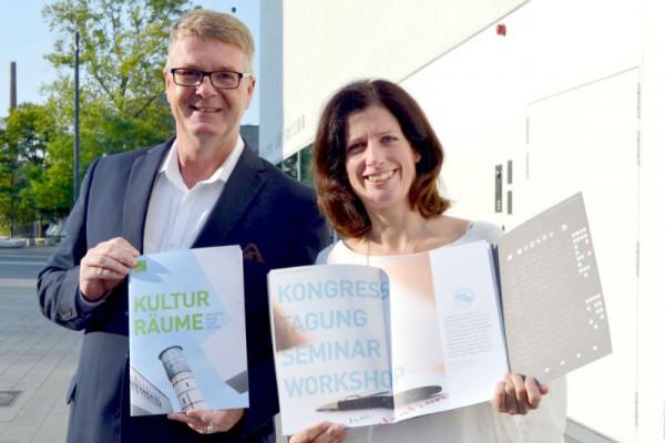 Andreas Kimpel, Geschäftsführer und Sabine Schoner, Marketing und Vertrieb freuen sich über das Erscheinen der neuen Infobroschüre. Foto: Kulturräume Gütersloh