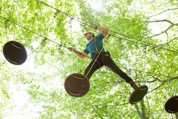 Im Tamaro Park gibt es viele Wege, beim Teambuilding die eigenen Grenzen auszuloten und zu überwinden. Foto: Monte Tamaro SA