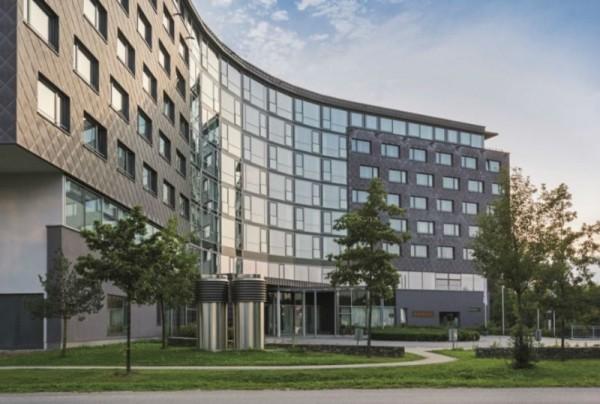 Mit der Grundsteinlegung für den Erweiterungsbau ist das Infinity Munich auf dem Weg zum größten Hotel und Conference Resort Süddeutschlands. Fotos: INFINITY MUNICH