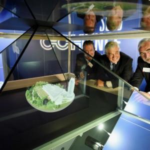 von links nach rechts: Edgar Hirt, Wirtschaftssenator Frank Horch und Hamburgs Messechef Bernd Aufderheide an der Hologrammpyramide  Foto: Hamburg Messe und Congress GmbH / Michael Zapf