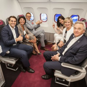 Bitte einsteigen und anschnallen: Familie Mack freut sich mit dem Kooperationspartner Eurowings über die neue Attraktion.