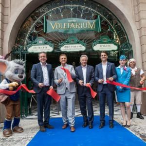 """Allzeit guten Flug: nach der feierlichen Segnung öffnen die Herren Mack die Tore zum """"Voletarium"""". Fotos: Europa Park"""