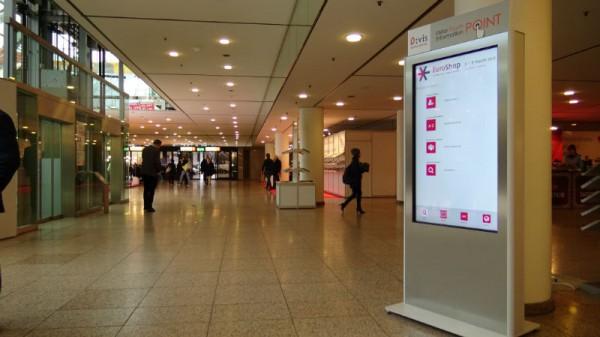 Das neue interaktive Besucherinformationssystem D:VIS der Messe Düsseldorf. Die Werbe- und Informationsinhalte werden mit kompas gesteuert. Foto: Messe Düsseldorf
