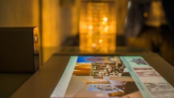 Dank neuester Technologien werden Wände und Tische zum TouchScreen. Foto: SuitePad GmbH
