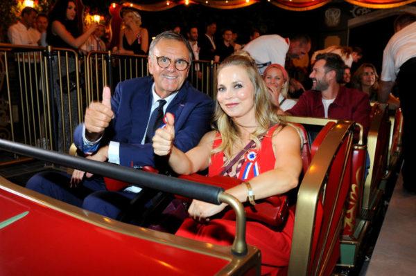 Daumen hoch und startbereit! Regina Halmich freut sich mit Europa-Park Inhaber Roland Mack auf die Fahrt