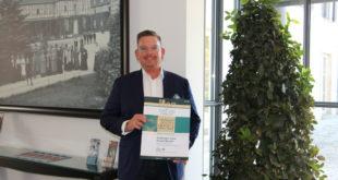 Geschäftsführer Dirk Schäfer mit der Urkunde von Top 250 - Die besten Tagungshotels in Deutschland (Foto: Gräflicher Park)