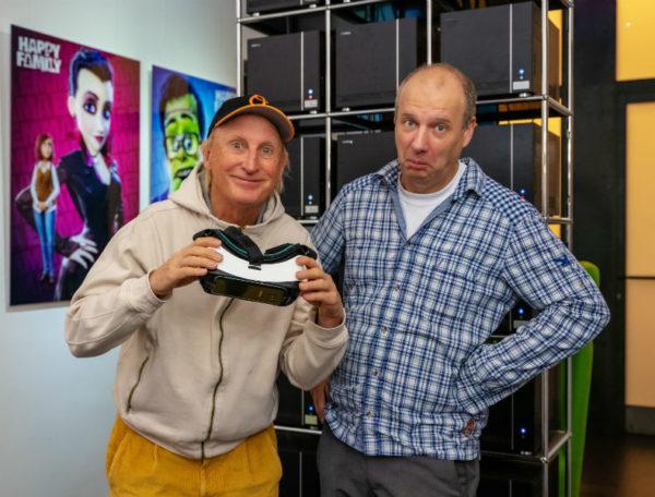 Comedian Otto (links) und Mack Animation Geschäftsführer Holger Tappe staunen nicht schlecht über das neue VR-Erlebnis im Europa-Park.